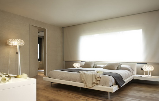 Белая невидимая дверь в спальне