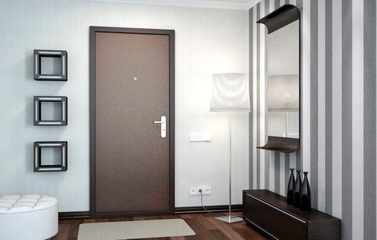 Бронированная дверь коричневого цвета в интерьере квартиры