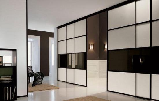 Черно-белые двери-купе в интерьере квартиры