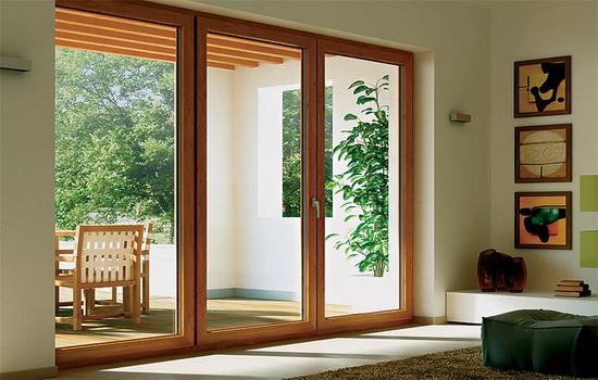 Деревянная дверь панорамного типа