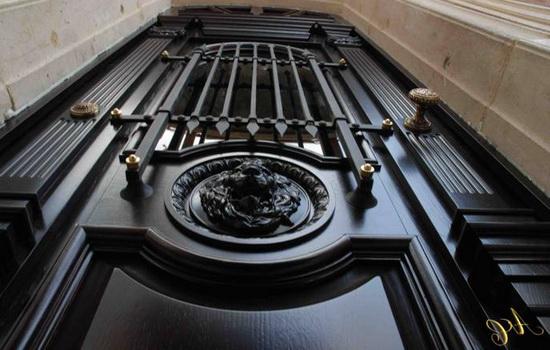 Деревянные двери с основой из металла