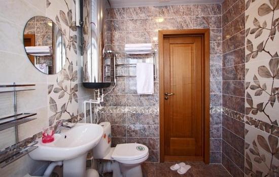 Деревянные двери в интерьере ванной комнаты