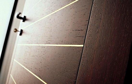 Деревянный шпон на входной двери