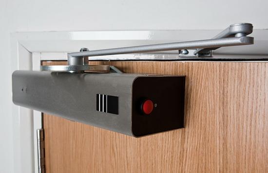 Доводчик на входную металлическую дверь