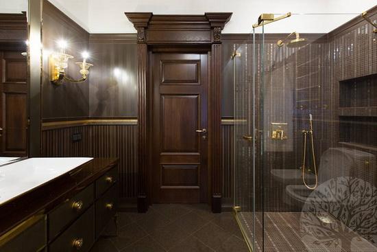 Дубовая дверь в ванной комнате