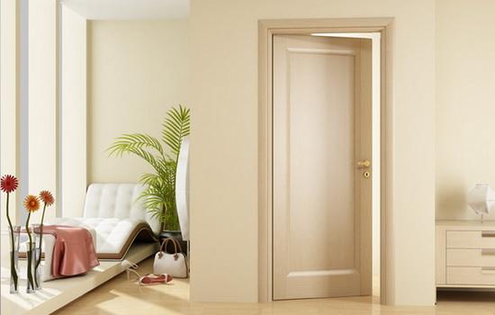 Дверь из сосны в интерьере квартиры