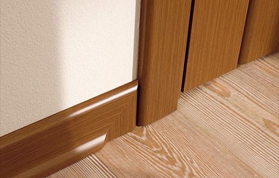 Дверь правильно подобрана под цвет плинтуса и наличников