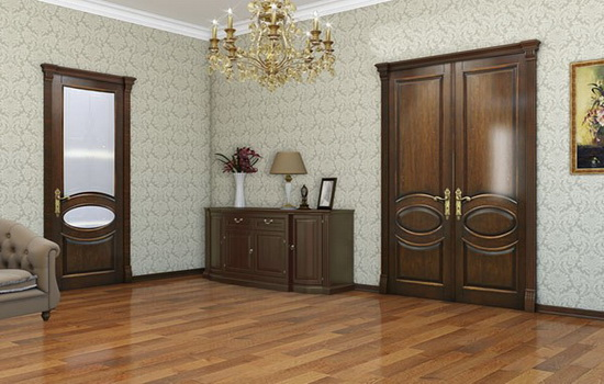Двери из массива дерева в интерьере гостиной
