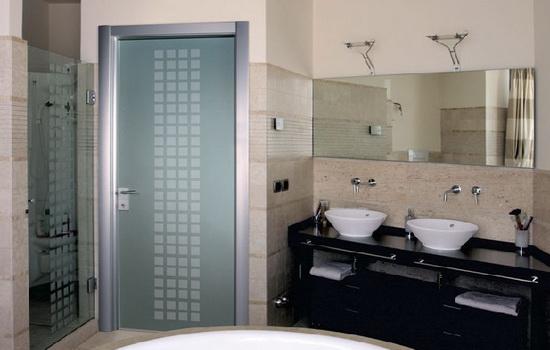 Двери из стекла в ванной комнаты