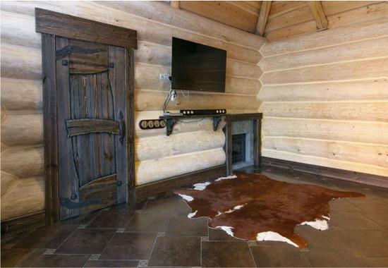 Двери под старину - удачное решение в бане