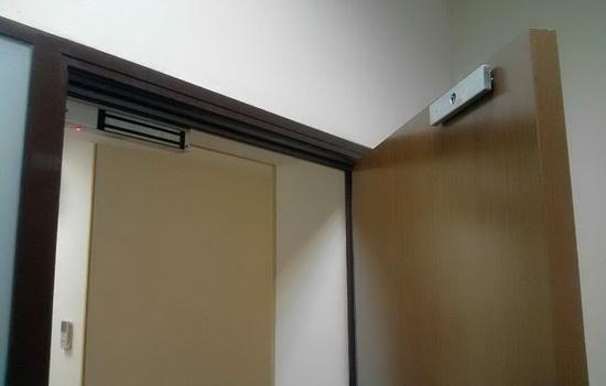 Двери с электромагнитными замками