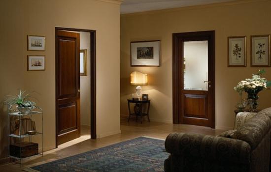 Двери темно-каштанового цвета со стеклянной вставкой и светлое ламинатное покрытие