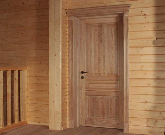 Двери внутри загородного дома