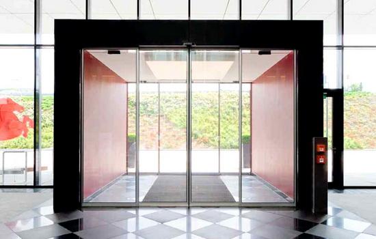 Двойной комплект дверей с тамбуром между ними