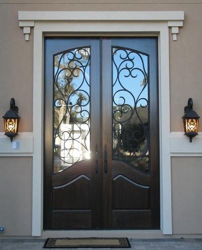 Двухстворчатая входная дверь со стеклом и ковкой