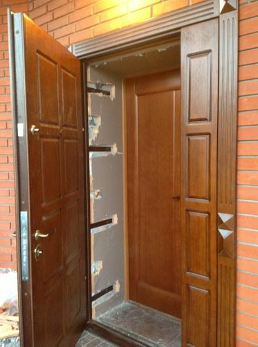 Двухстворчатые входные двери из дерева