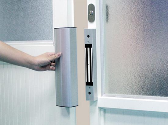 Электромагнитный замок, установленный на двери