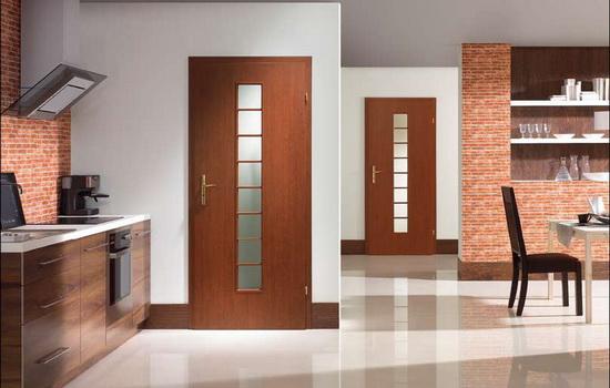 Филенчатые двери из массива дерева со стеклянными вставками