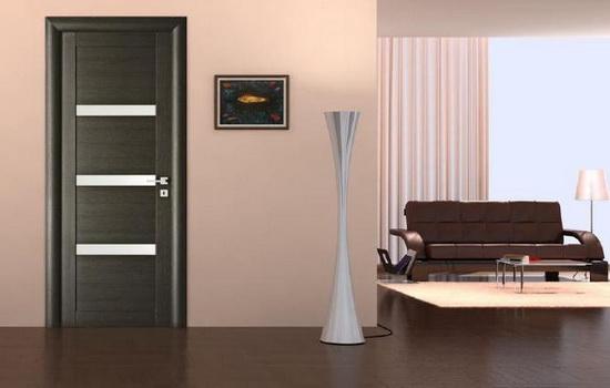 Интерьер квартиры, включающий ламинат шоколадного цвета и темную дверную конструкцию