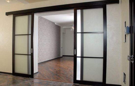 Красивые двери-купе темно-коричневого цвета