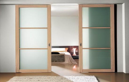 Красивые межкомнатные двери-купе в интерьере спальни