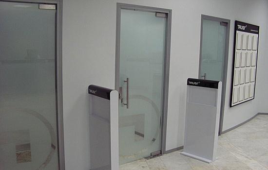 Маятниковые стеклянные двери. Специфика устройства и способы монтажа