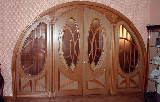 Межкомнатные арочные двери светло-коричневого цвета