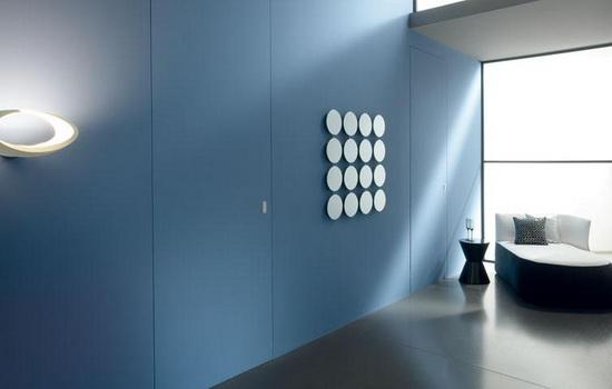 Межкомнатные двери, покрытые цементным раствором и окрашенные под стену.