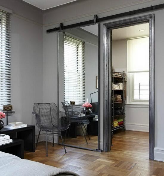 Оформление зеркальной дверной конструкции