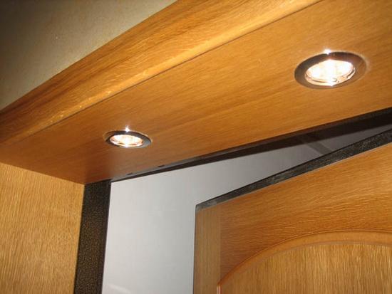 Организация освещения между двойной входной дверью