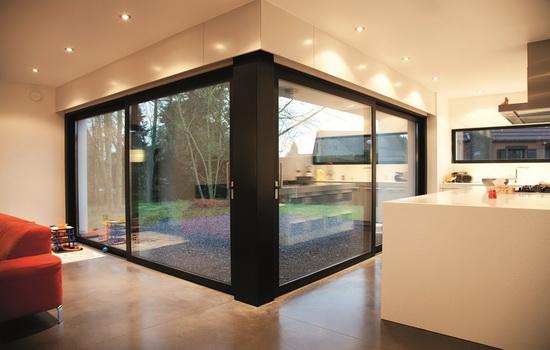 Панорамные двери в интерьере кухни