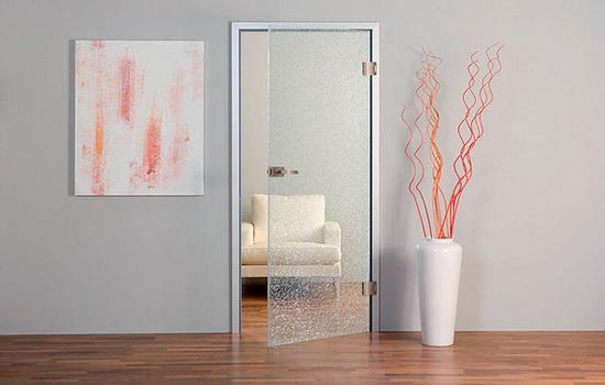 При отсутствии двери необходимого цвета, можно рассмотреть вариант установки стеклянной конструкции