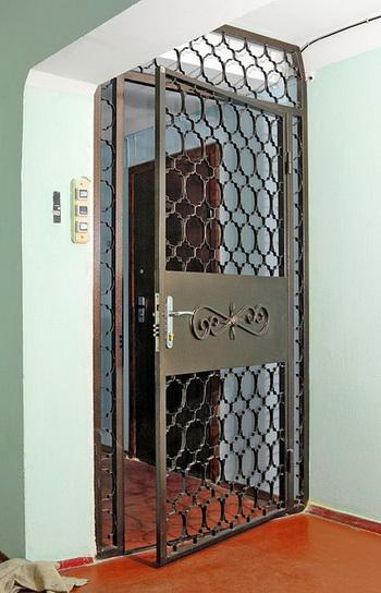 Пример решетчатых дверей, установленных в тамбуре