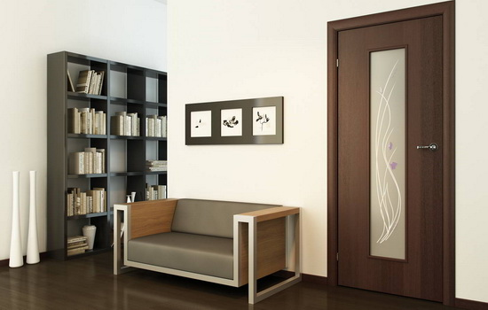Пример сочетания коричневой двери и ламината коричневого цвета