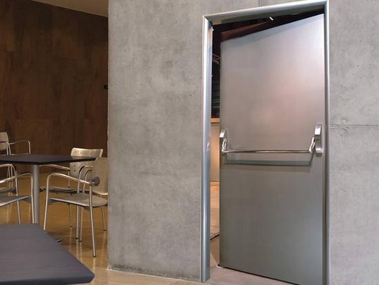 Распашная одностворчатая техническая дверь