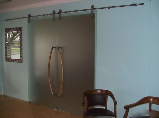 Раздвижная дверь с матовым стеклом