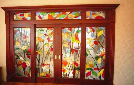 Раздвижная дверь с витражами в гостиной