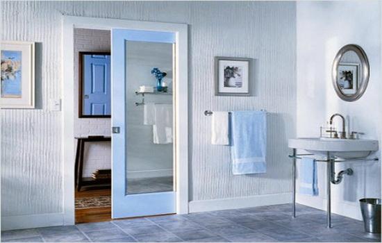 Раздвижные пластиковые двери в интерьере ванной комнате