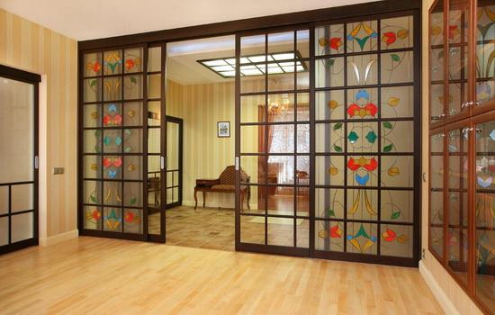 Раздвижные витражные двери в интерьере