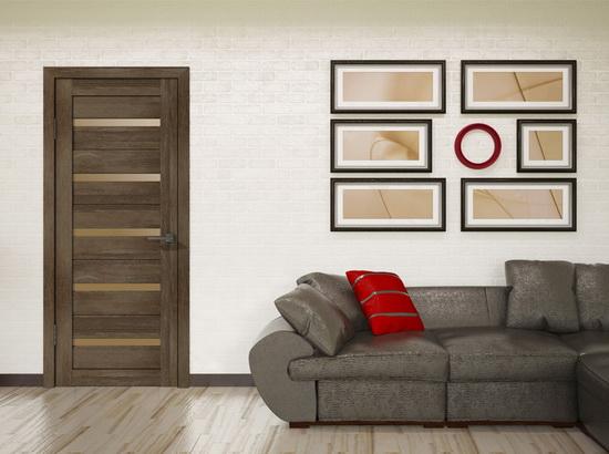 Серый ламинат и светло-коричневая межкомнатная дверь