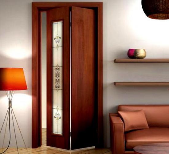 Складные межкомнатные двери благородного коричневого цвета