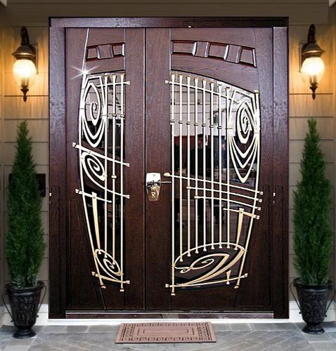 Стеклопакет и кованая решетка на входных дверях
