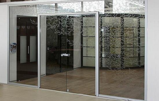 Стеклянные входные двери: сочетание надежности и красоты