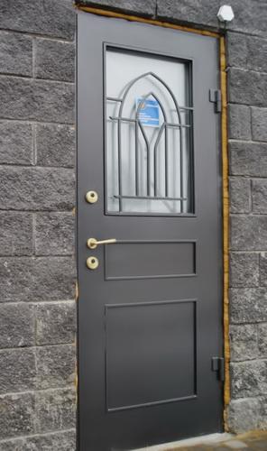 Стильные стеклопакетные входные двери с кованой решеткой