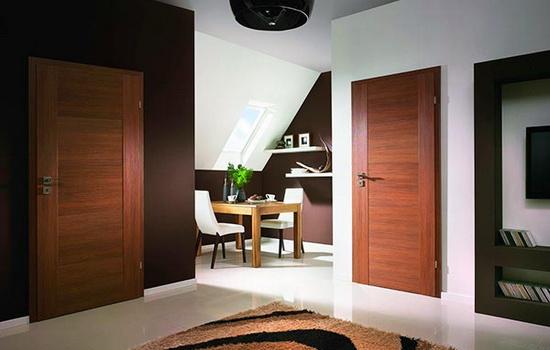 Светло-коричневые межкомнатные двери в интерьере мансарды