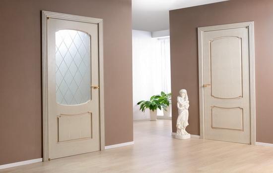 Светлые двери между комнатами