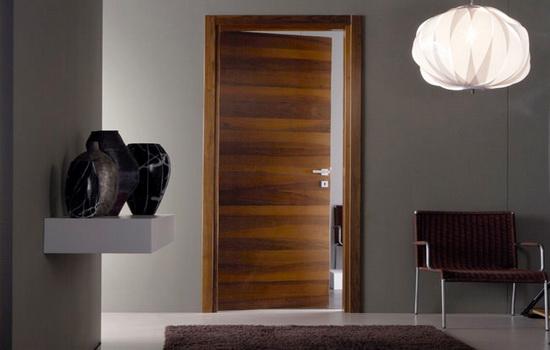 Светлый пол и необычный вариант цвета двери