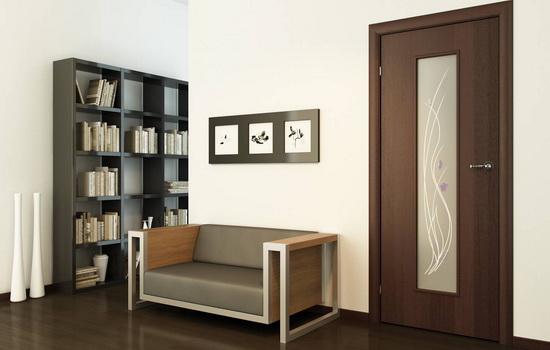Темно-коричневые двери в интерьере гостиной