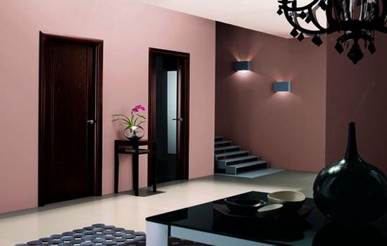 Темно-коричневые двери в розовом интерьере квартиры
