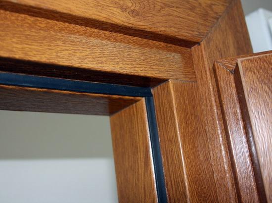 Уплотнительная резинка на межкомнатной деревянной двери